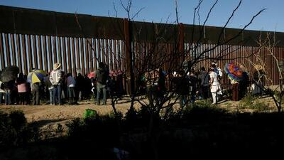 Expectativa por firma de Trump para enviar fondos a la frontera, mientras demócratas visitan un centro de detención