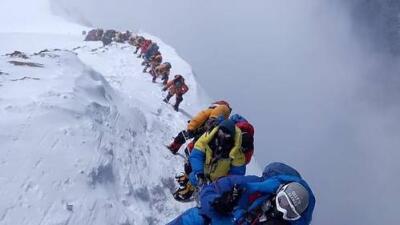 Tráfico en la cima del mundo: los montañistas están muriendo por atascos de horas en el Everest