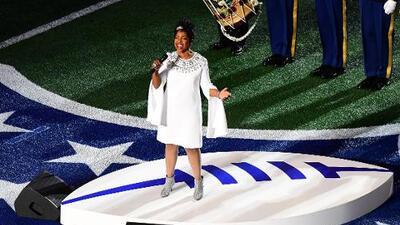 Emotividad y respeto durante el himno de Estados Unidos en el Super Bowl LIII
