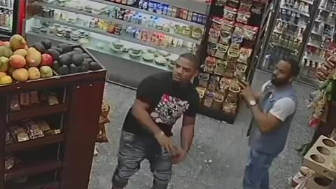 Con aguacates y bananas, sujetos agredieron al empleado de una tienda en Nueva York