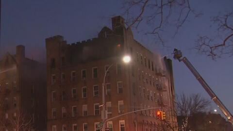Investigan las causas del voraz incendio que dejó a más de 20 personas heridas en Brooklyn