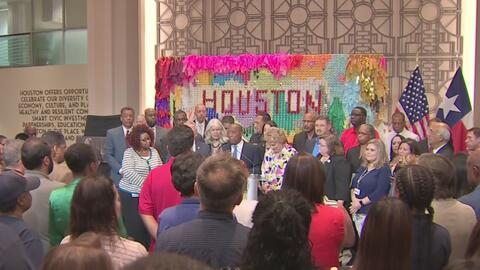 Con un minuto de silencio, el alcalde de Houston y trabajadores de la ciudad recuerdan a las víctimas de Harvey