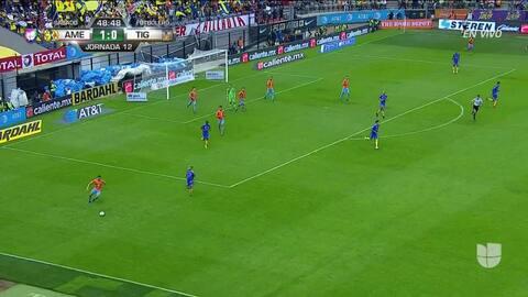 Agustín Marchesín despeja el balón y aleja el peligro