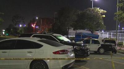 Tiroteo de vehículo a vehículo deja al menos dos muertos en un vecindario de Los Ángeles
