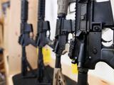 21 miembros de grupos de supremacía blanca enfrentan cargos por tráfico de armas y drogas