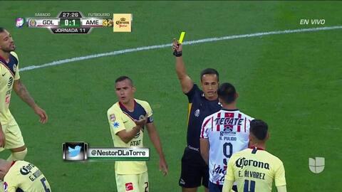 Tarjeta amarilla. El árbitro amonesta a Paul Aguilar de América