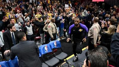 Reciben a LeBron James en Cleveland como 'Rey' en partido contra Lakers