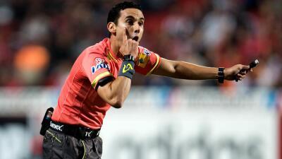 El árbitro César Arturo Ramos aplaude la repetición para resolver jugadas en la Liga MX
