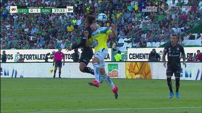 Tremendo choque de cabezas entre Ramiro González y Adrián Lozano