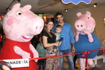 Ariadne Díaz y Marcus Ornellas inauguran una sala de juegos infantiles en compañía de su bebé