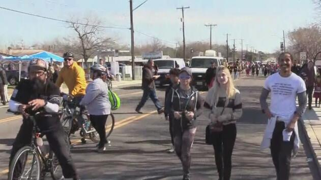 Miles de residentes de San Antonio acuden a la marcha en memoria a Martin Luther King