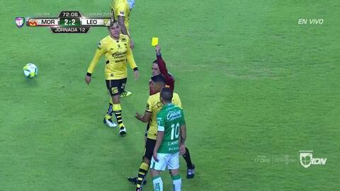 Tarjeta amarilla. El árbitro amonesta a Cándido Ramírez de Monarcas Morelia