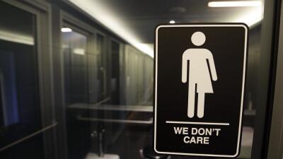 El gobierno exige a los centros escolares públicos que los alumnos transgénero puedan utilizar el baño que deseen