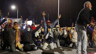 Una multitud de venezolanos suplica de rodillas que los dejen pasar a Ecuador