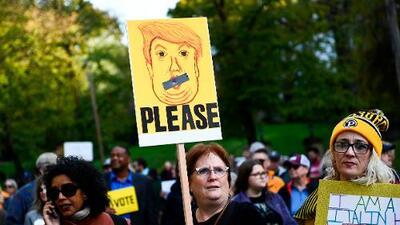 """Trump llega a Pittsburgh en medio de protestas tras tiroteo en la sinagoga: """"El odio del presidente no es bienvenido"""""""