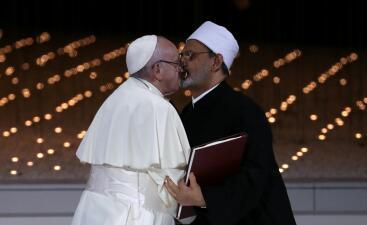 La semana en fotos: el beso entre el Papa y el Gran Imán, el aplauso de Pelosi y los obstáculos a la ayuda en la frontera de Venezuela