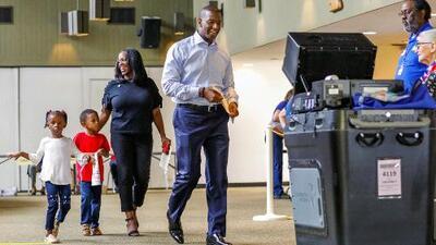 Andrew Gillum ejerce su derecho al voto en Tallahassee en compañía de su esposa y sus hijos