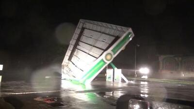 El momento en que el techo de una gasolinera es tumbado por los vientos de Florence