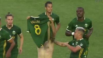 Diego Valeri le 'rompe' la cintura al defensa del Galaxy y marca el segundo de los Timbers