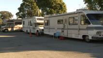 Así buscan vacunar a los adultos mayores que viven en casas rodantes de East Palo Alto