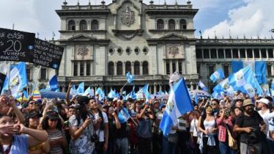 Congreso de Guatemala decide el futuro del presidente en medio de marchas multitudinarias