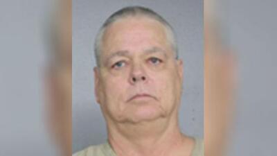 Expolicía arrestado por negligencia en Parkland permanece en la cárcel hasta que entregue su pasaporte