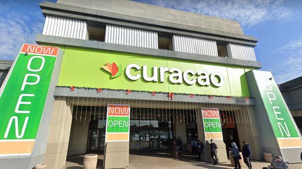 """""""Defraudó a inmigrantes hispanos"""": la cadena de tiendas que pagará $10 millones a clientes"""