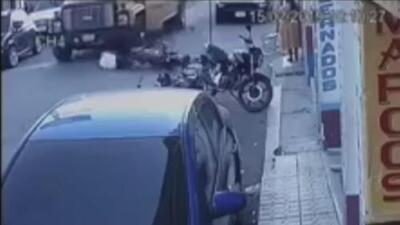 Camión embistió a un motociclista y casi le pasó por encima en Guatemala