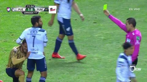 Tarjeta amarilla. El árbitro amonesta a Pablo González de Puebla