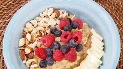 ¿No tienes tiempo para desayunar en casa? Esta receta de avena 'to go' te llenará de energía todo el día