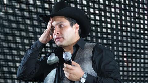Se armó tremendo pleito en el concierto de Julión Álvarez, pero él no dejó de cantar