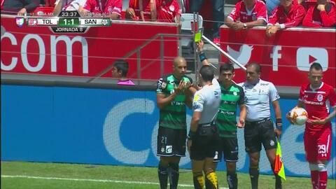 Tarjeta amarilla. El árbitro amonesta a Doria de Santos Laguna