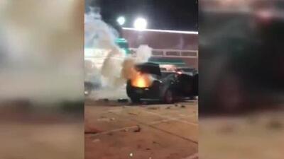 En video: Cientos de cohetes estallan dentro de un auto al recibir el impacto de un petardo desviado