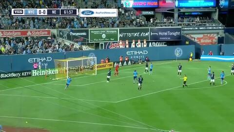 El español David Villa remata de media vuelta y por poco hace un golazo