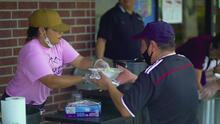 Esta cocina improvisada ofrece comida caliente a los afectados por el huracán Laura en Louisiana