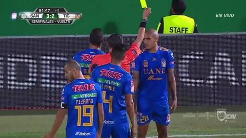 Tarjeta amarilla. El árbitro amonesta a Luis Rodríguez de Tigres