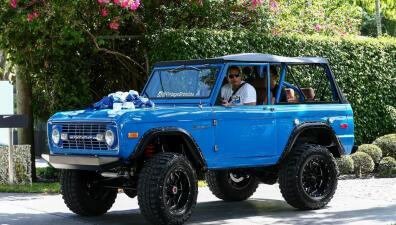 En fotos: Jennifer López sorprendió a Alex Rodríguez con una Ford Bronco del 1974