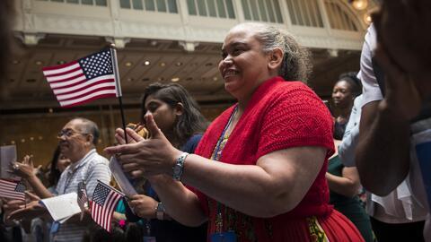 Instan a tramitar la ciudadanía tras la presunta negación de pasaportes a algunos hispanos