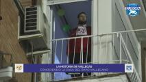 Fans del Rayo Vallecano alentaron ante el Barça desde su apartamento