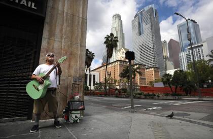 """Pero, """"al 9 de mayo de 2020, aproximadamente 599,000 trabajadores en el condado de Los Ángeles han perdido sus trabajos y no tienen seguro de desempleo u otro reemplazo de ingresos y más de la mitad del grupo vive alquilado en una de las ciudades con la renta más alta en Estados Unidos"""", según el <a href=""""https://www.univision.com/local/los-angeles-kmex/desalojos-en-los-angeles-pueden-causar-una-crisis-humanitaria-tras-la-pandemia"""">estudio de UCLA</a>."""
