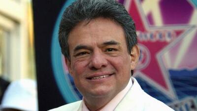 Decenas de personas llegan a la colonia Clavería en Ciudad de México para homenajear a José José