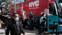 Covid-19: Con autobuses convertidos en centros de vacunación buscan inmunizar en las zonas más afectadas en Nueva York