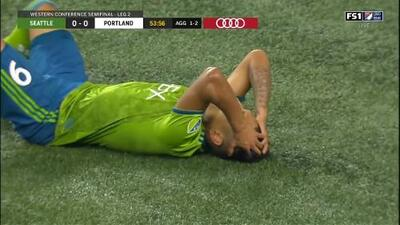 ¡Terrible Oso! Raúl Ruidíaz falla un gol cantado solo frente al portero