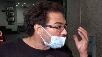 """Eduardo Yáñez insulta y le lanza un manotazo a reportero por supuestamente no """"guardar la distancia"""""""