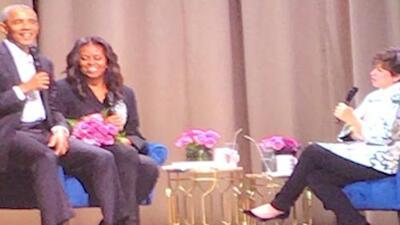 Barack Obama sorprende a Michelle con un ramo de flores durante la gira de su libro