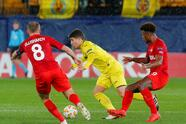 Soccer Football - Europa League - Group Stage - Group G - Villarreal v Spartak Moscow - Estadio de la Ceramica, Villarreal, Spain - December 13, 2018 Villarreal's Santiago Caseres in action with Spartak Moscow's Denis Glushakov and Ze Luis REUTERS/Heino Kalis