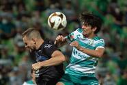 Eduardo Aguirre y Ayrton Preciado son los encargados de consumar la voltereta 2-1 sobre Santos y toman una ligera ventaja en las eliminatorias.