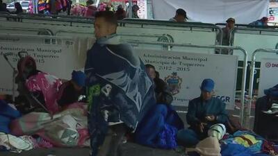 Ecuador ahora exige visa a los venezolanos y cientos de ellos quedan varados en la frontera con Colombia