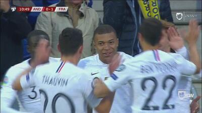 Qué definición: Mbappé gana en velocidad y la pica por encima del portero