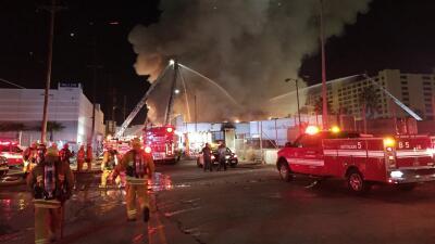 Masivo incendio destruye un almacén en Los Ángeles